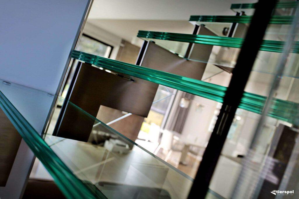 Schody szklane na stalowej konstrukcji coraz częściej goszczą w polskich domach.
